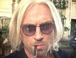 Нагивев блондин
