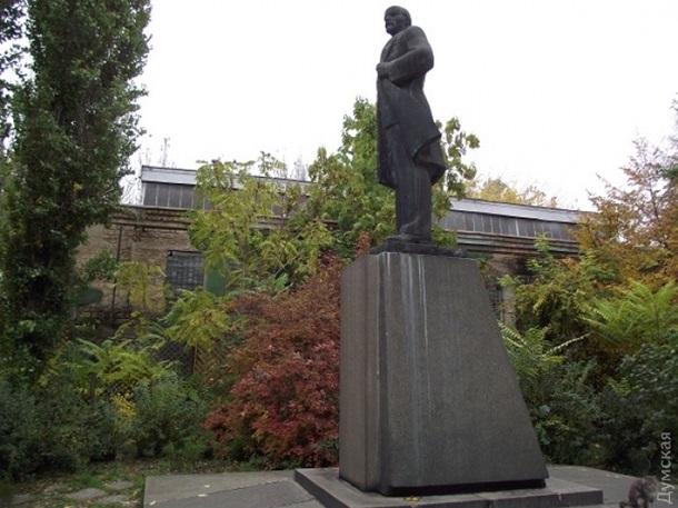 Памятник дарту вейдеру1