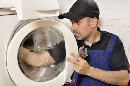 Handwerker repariert Waschmaschine